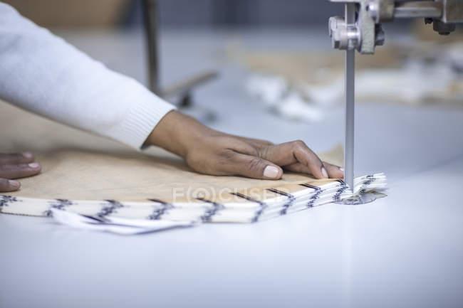 Кравець в заводу різання тканини — стокове фото