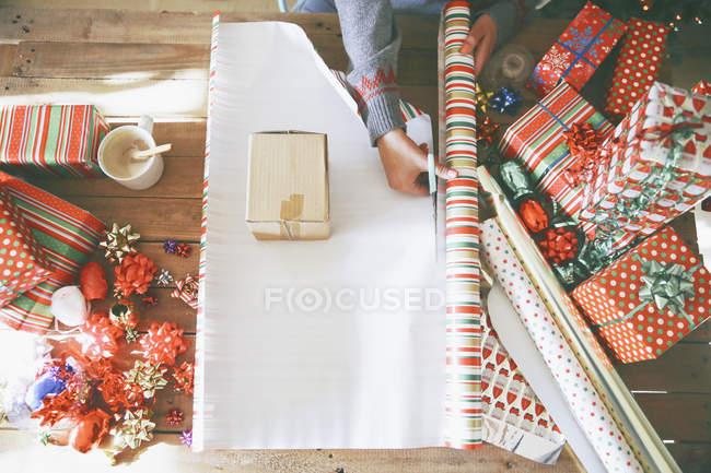 Papel de embrulho de corte de mulher para presentes de Natal — Fotografia de Stock