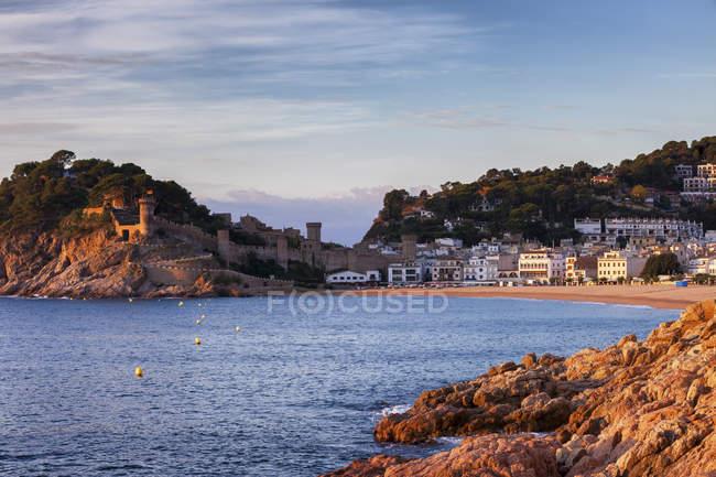 Spagna, Costa Brava, Tossa de Mar, città e costa del Mar Mediterraneo all'alba — Foto stock