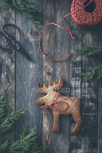Galleta de Navidad en forma de alce sobre madera oscura - foto de stock