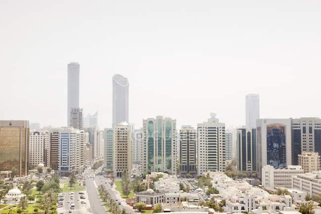 Emiratos Árabes Unidos, horizonte de Abu Dhabi durante el día - foto de stock