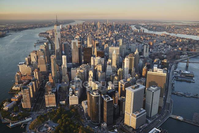 Fotografia aérea de Nova York e a ilha de Manhattan da acima do porto de Nova Iorque. A bateria e o distrito financeiro estão na metade inferior do quadro, EUA — Fotografia de Stock