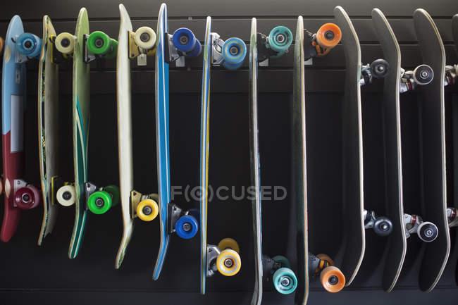 Различные скейтборды подряд в магазин — стоковое фото