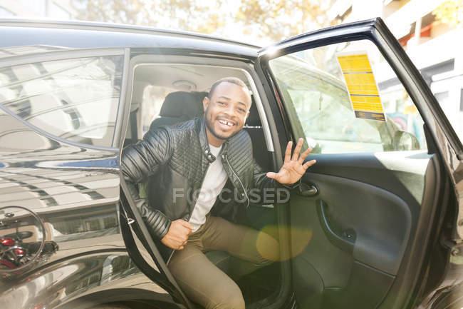 Людина, що вихід з таксі — стокове фото
