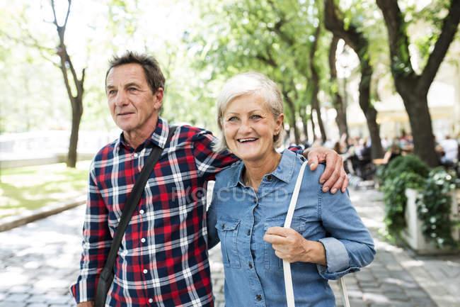 Felice coppia anziana a piedi al parco — Foto stock