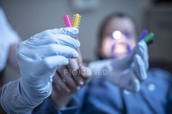Ortodontista con fermagli con il paziente sullo sfondo — Foto stock