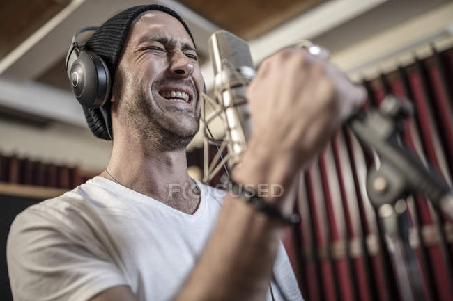 Male rock singer at recording studio — Stock Photo