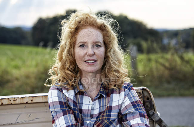 Retrato de mujer rubia fresa permanente en la naturaleza - foto de stock