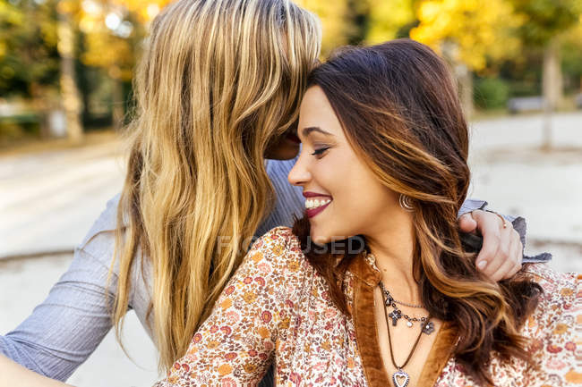 Deux meilleures amies embrasser dans le parc en automne — Photo de stock