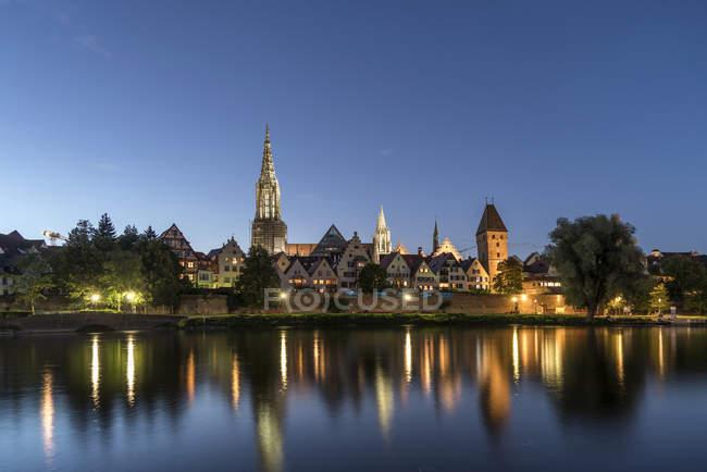Ніч міський пейзаж з Дунаю і Ульмський собор у сутінках, Німеччина — стокове фото