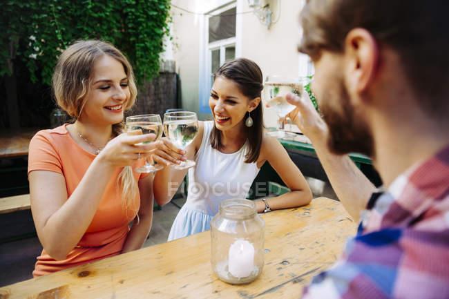 Amis boire spritzer au pub en plein air — Photo de stock