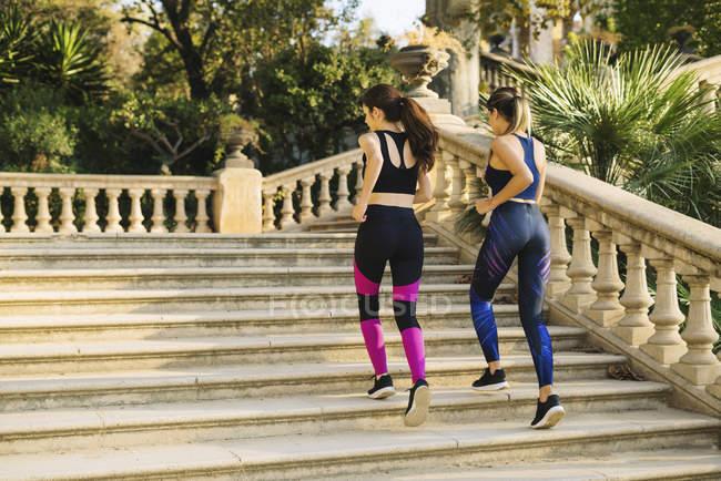 Дві молоді жінки біг на сходах у парку — стокове фото