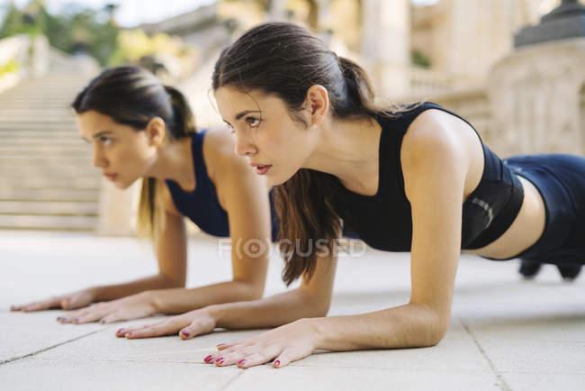 Два спортивний молоді жінки здійснюють на відкритому повітрі — стокове фото
