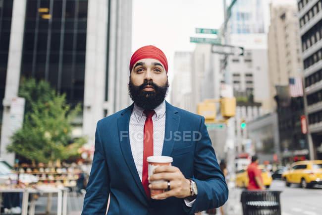 Индийский бизнесмен с чашкой кофе в Манхэттене, Нью-Йорк, США — стоковое фото