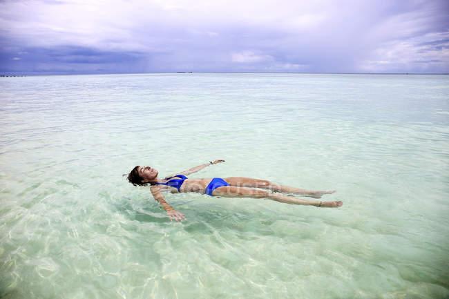 Мальдіви, Gulhi, жінка, що плавають у мілкій воді — стокове фото