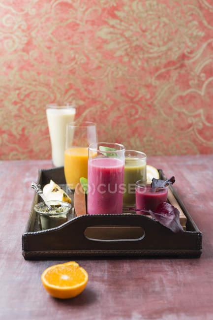 П'ять окуляри різні коктейлі та інгредієнти на лоток — стокове фото