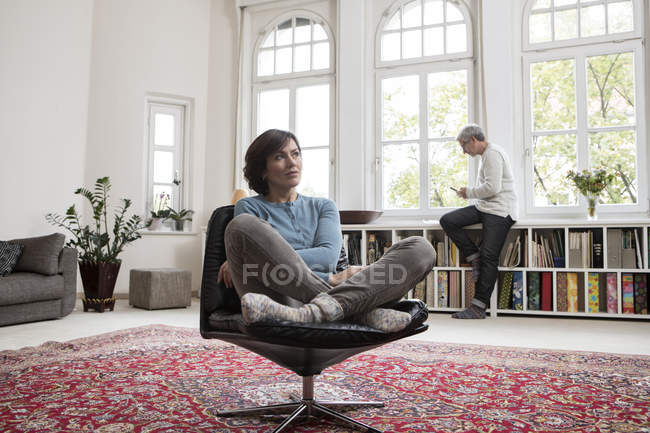 Couple senior au repos dans l'appartement moderne — Photo de stock