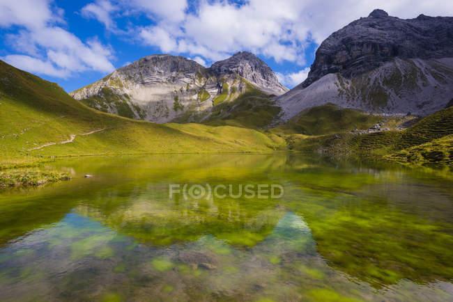 Alemanha, Bavaria, Allgaeu, Allgaeu Alpes, Lago Rappensee, com montanhas de Hochgundspitze, Linkerskopf e Rotgundspitze — Fotografia de Stock