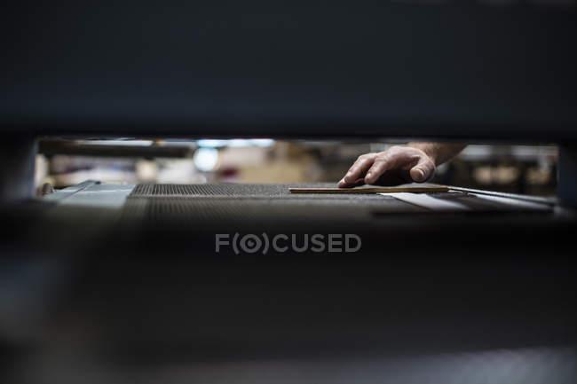 Крупним планом руку за столом у кравця магазин — стокове фото