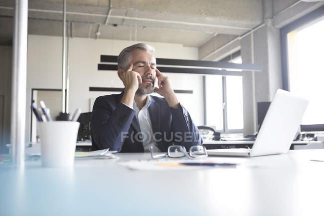 Homme d'affaires assis avec les yeux fermés à dans Bureau — Photo de stock