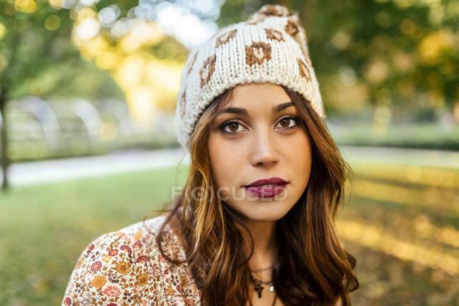 Ritratto di giovane donna con cappello di lana — Foto stock