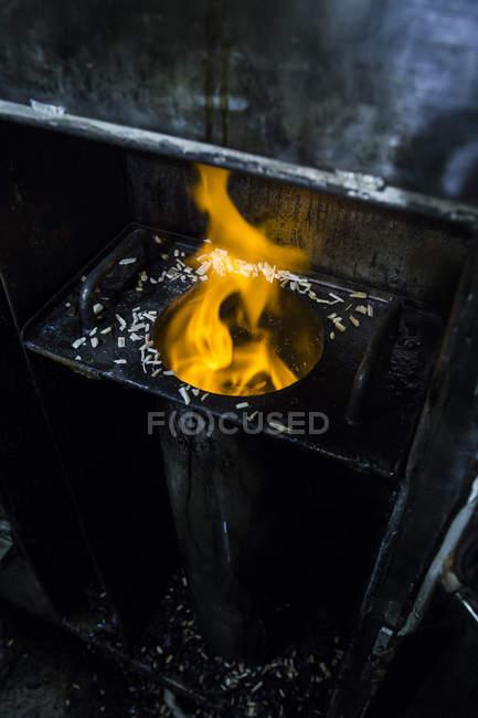 Feuer der Räucherofen in einer Räucherkammer — Stockfoto
