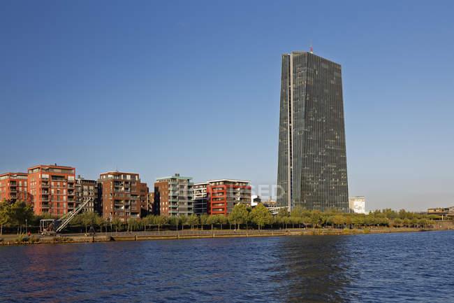 Німеччина, Гессен, Франкфурт, ЄЦБ башта над водою — стокове фото