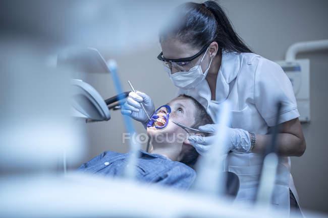 Ragazzo in chirurgia dentale in trattamento ortodontico — Foto stock