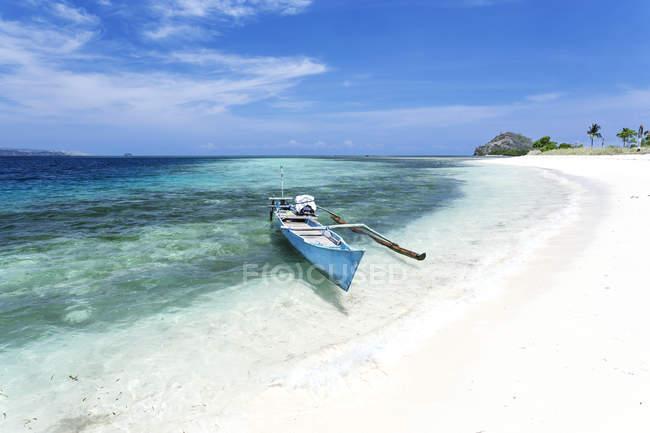 Indonesia, Nusa Tenggara Timur, Bajawa, Riung, 17 Islands, boat on sandy beach - foto de stock