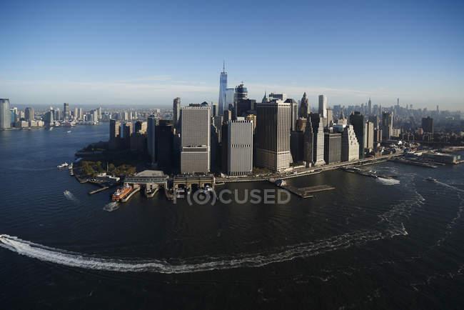 Fotografia aérea de Nova York e a ilha de Manhattan da acima do porto de Nova Iorque no início da manhã, EUA — Fotografia de Stock