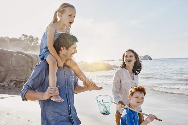 Щаслива родина кавказька, прогулянки по пляжу — стокове фото