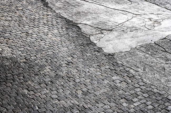 Булыжной мостовой и асфальт, полный кадр — стоковое фото