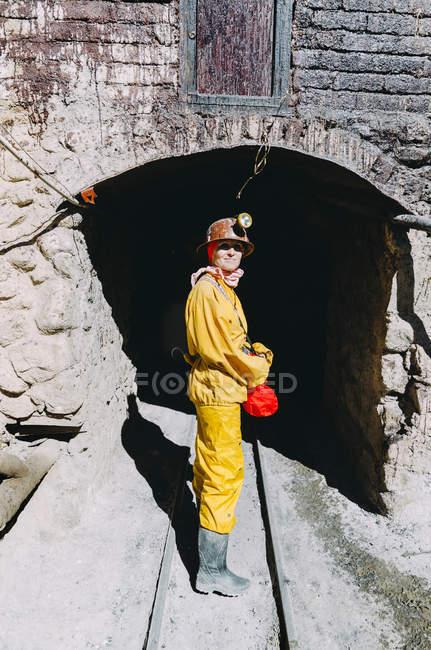 Bolivia, Potosi, turistiche indossando indumenti protettivi al Cerro Rico miniera d'argento — Foto stock