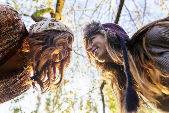 Niedrigen Winkel von zwei besten Freunden im Park im Herbst — Stockfoto