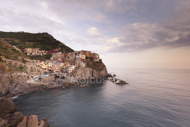 Италия, Лигурия, живописном городе Манарола на скале — стоковое фото