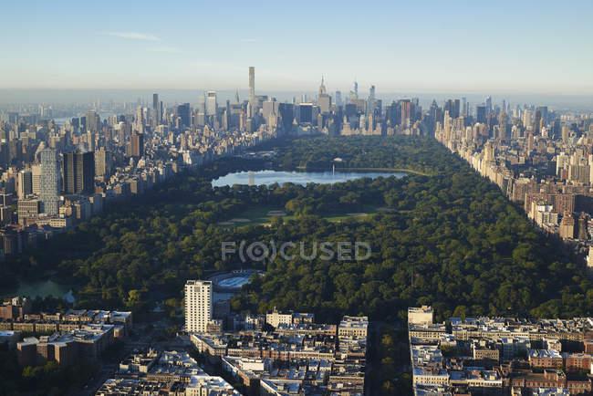 Fotografia aérea do Central Park de Nova Iorque acima da rua 115 na extremidade norte do parque. Vista é em direção ao sul, em direção a midtown Manhattan, EUA — Fotografia de Stock