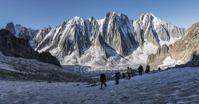 Frankreich, Chamonix, Argentiere-Gletscher, Les Droites, Les Courtes, Aiguille Verte, Wandergruppe in den Bergen — Stockfoto