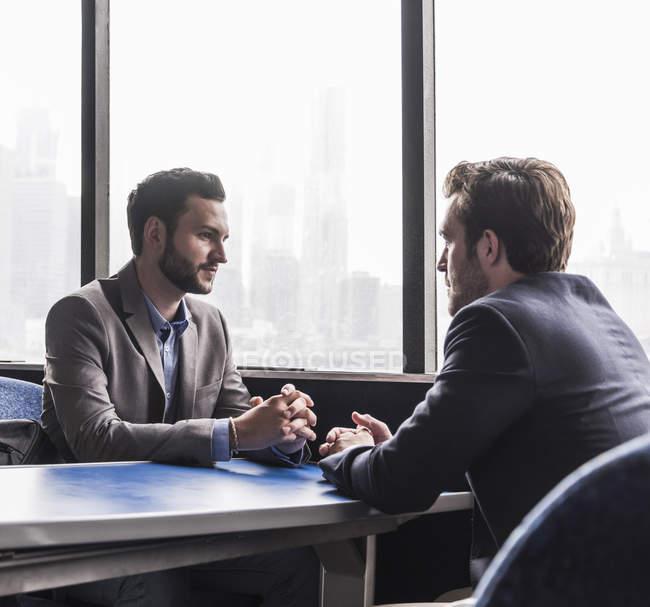 Deux hommes d'affaires parlant sur le pont passager d'un ferry — Photo de stock