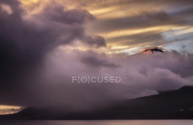 Portugal, Açores, montagne Pico sous les nuages à l'aube — Photo de stock
