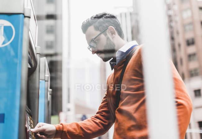 Businessman using ATM, New York City, USA — Stock Photo