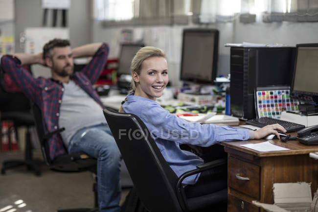 Two creative professionals in office — Stock Photo