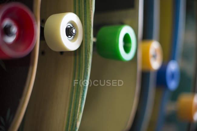 Различные скейтборды в магазине на размытие фона — стоковое фото