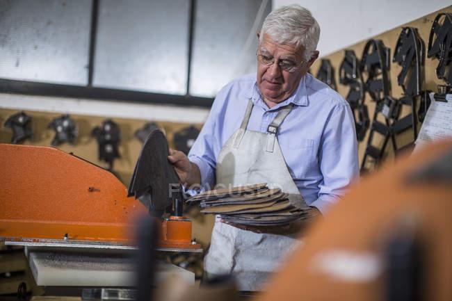 Обувщик работает в мастерской — стоковое фото