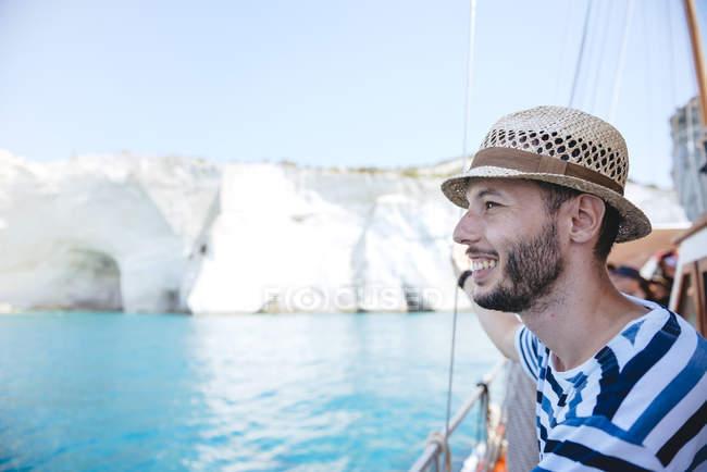 Grèce, Milos, homme avec chapeau de paille se tenant debout sur voilier — Photo de stock