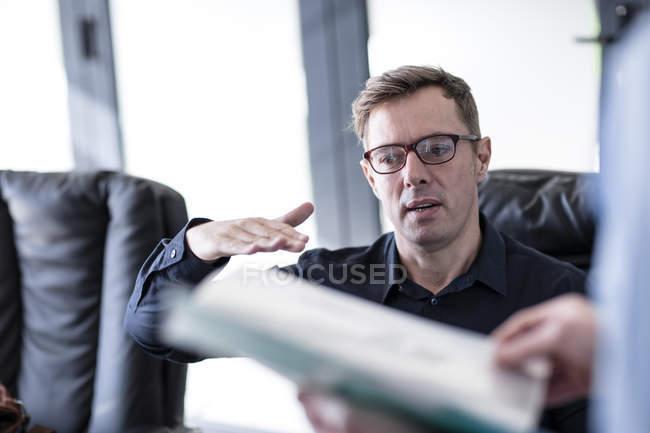 Деловой человек объясняет кое-что на совещании — стоковое фото