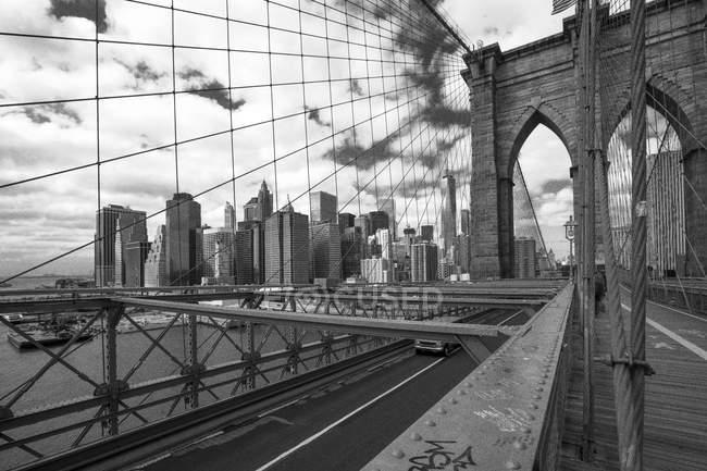 États-Unis, New York, vue du pont de Brooklyn et du paysage urbain de Manhattan — Photo de stock