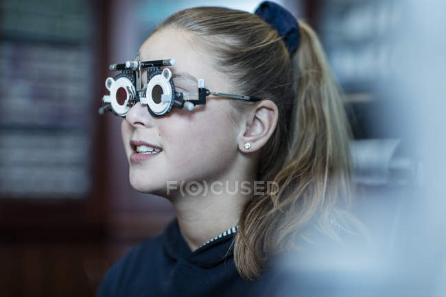 Girl doing eye test at optometrist — Stock Photo
