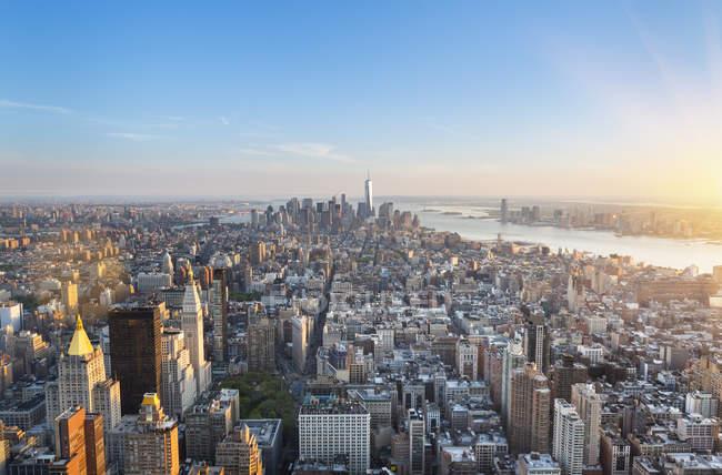 EUA, Nova York, Manhattan, vista para o distrito financeiro ao pôr do sol de cima — Fotografia de Stock