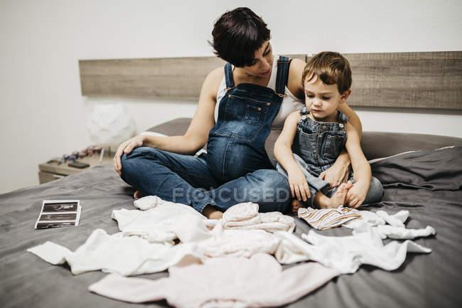 Schwangere Frau Und Ihr Kleiner Sohn Sitzen Zusammen Auf Bett Mit