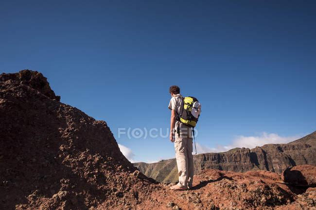 Trekker de descalço Espanha, Tenerife, montanhas Teno, Masca, parado e olhando para o vista — Fotografia de Stock